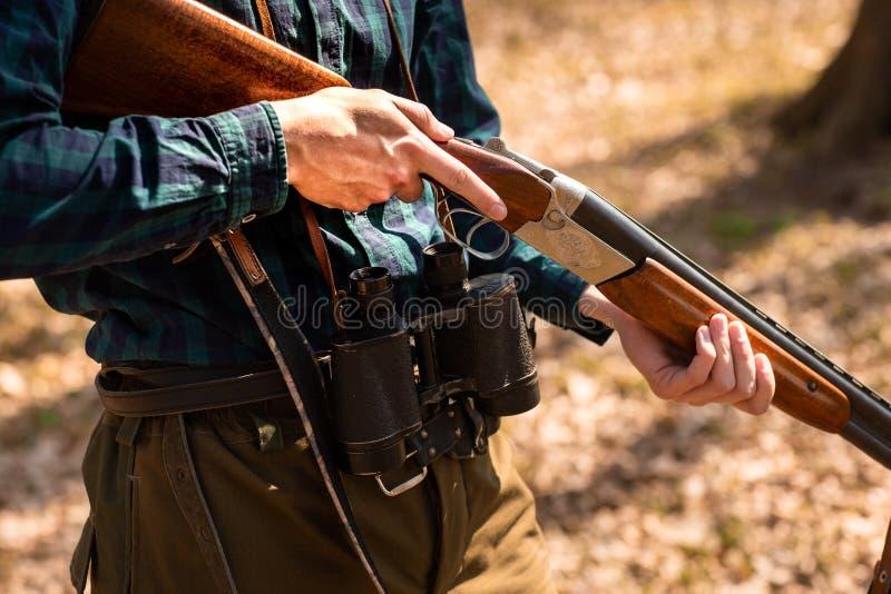 Närbild av en man som rymmer vapen i träna royaltyfria foton