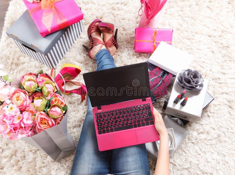 Närbild av en moderiktig bärbar dator royaltyfri fotografi