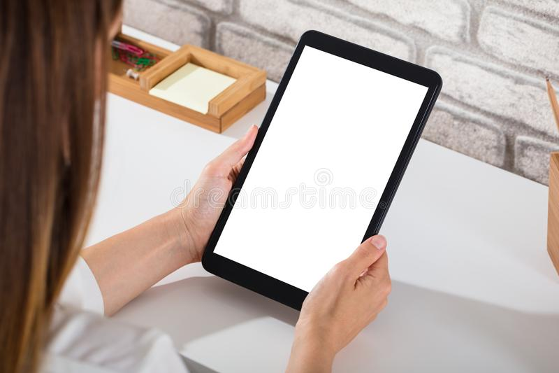 Närbild av en Person Using Digital Tablet arkivbilder