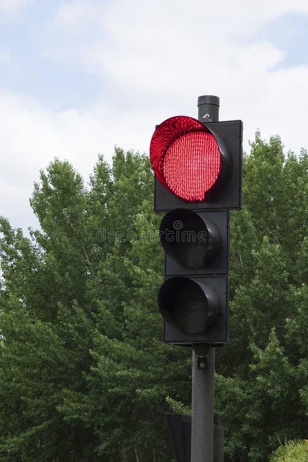 Närbild av en röd trafikljus arkivfoto