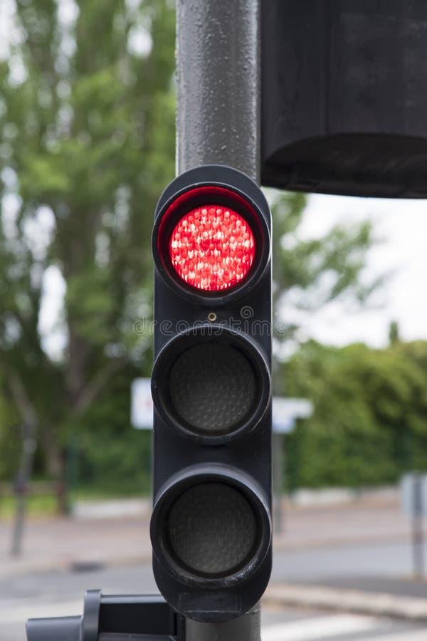 Närbild av en röd trafikljus arkivbilder