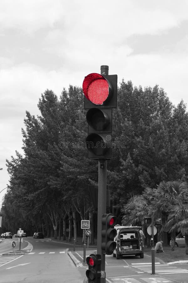 Närbild av en röd trafikljus arkivfoton