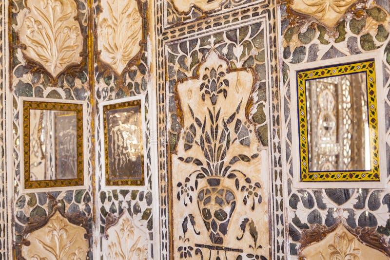 Närbild av en rikt dekorerad vägg i bärnstensfärgat fort i Jaipur arkivfoto