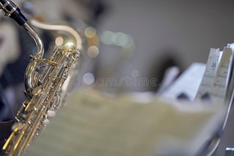 Saxofon med ställningen arkivbilder