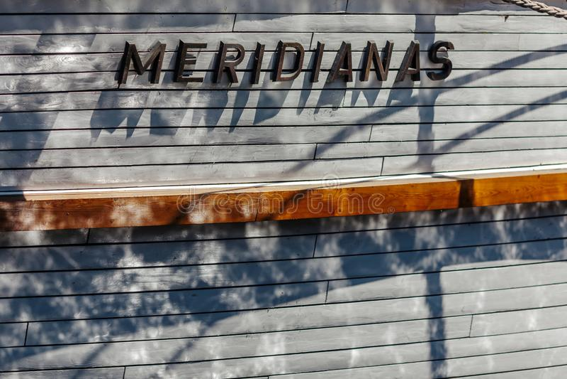 Närbild av en sida för segelbåt` s med signalljus av vatten fartygklaipedalithuania meridianas mest symboler för en igenkännliga  royaltyfria bilder