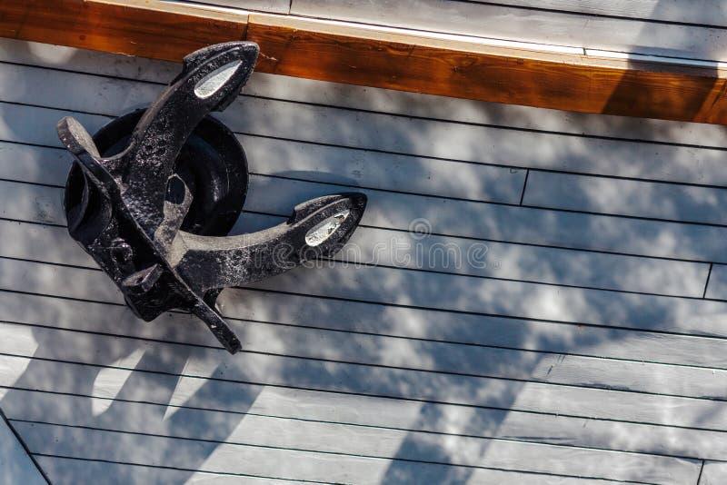 Närbild av en sida för segelbåt` s med signalljus av vatten fartygklaipedalithuania meridianas mest symboler för en igenkännliga  royaltyfri fotografi