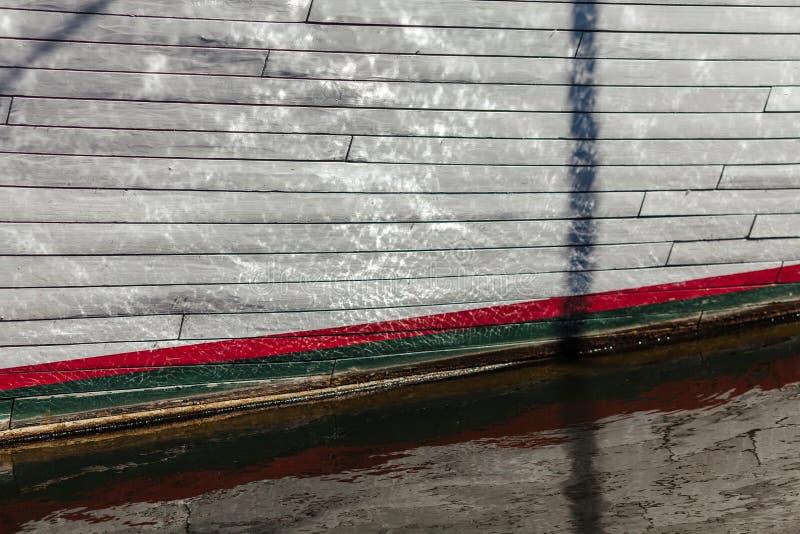 Närbild av en sida för segelbåt` s med signalljus av vatten fartygklaipedalithuania meridianas mest symboler för en igenkännliga  fotografering för bildbyråer