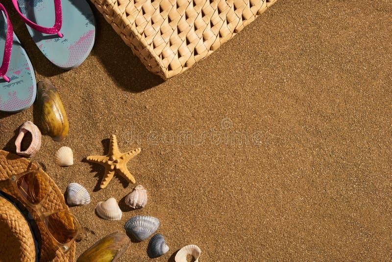 Närbild av en sommarstrandpåse och tillbehör fotografering för bildbyråer