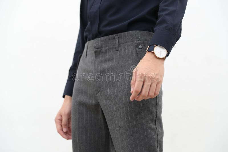 Närbild av en stilig man i svart formell skjorta och grå lång byxa fotografering för bildbyråer