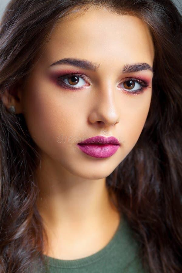 Närbild av en ung kvinna som får brunnsortbehandling isolerad white för cosmetic kräm royaltyfri foto