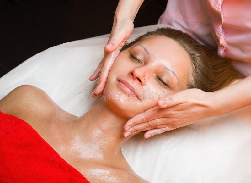 Närbild av en ung kvinna som får massage royaltyfria bilder