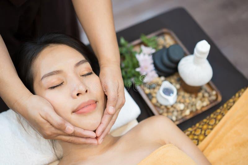 Närbild av en ung kvinna som får Spa behandling Närbild av den unga kvinnan som får brunnsortmassagebehandling på skönhetbrunnsor arkivbild