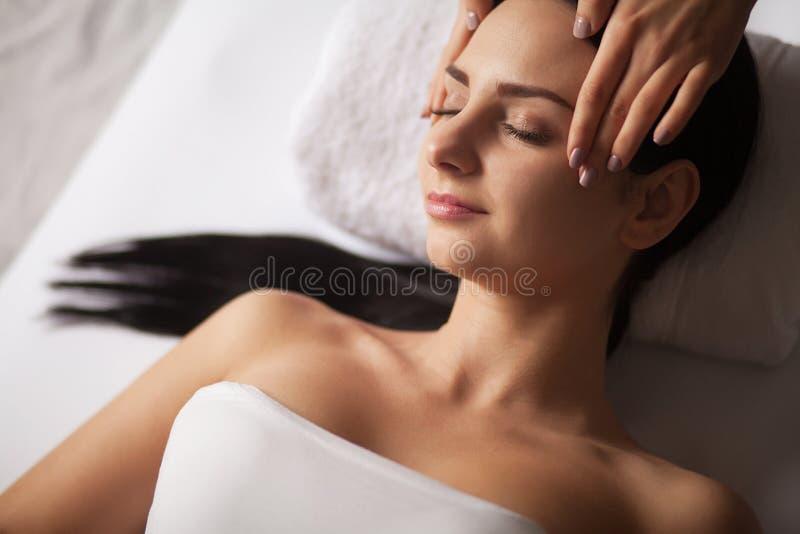 Närbild av en ung kvinna som får Spa behandling Närbild av en ung kvinna som får brunnsortbehandling arkivbilder