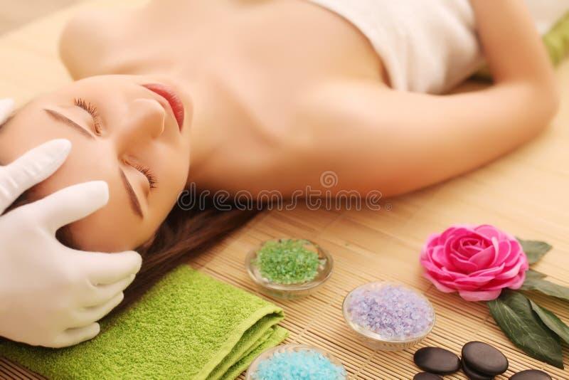 Närbild av en ung kvinna som får Spa behandling på skönhetsalongen Spa vänder mot massage Ansikts- skönhetbehandling Spa salong royaltyfri fotografi