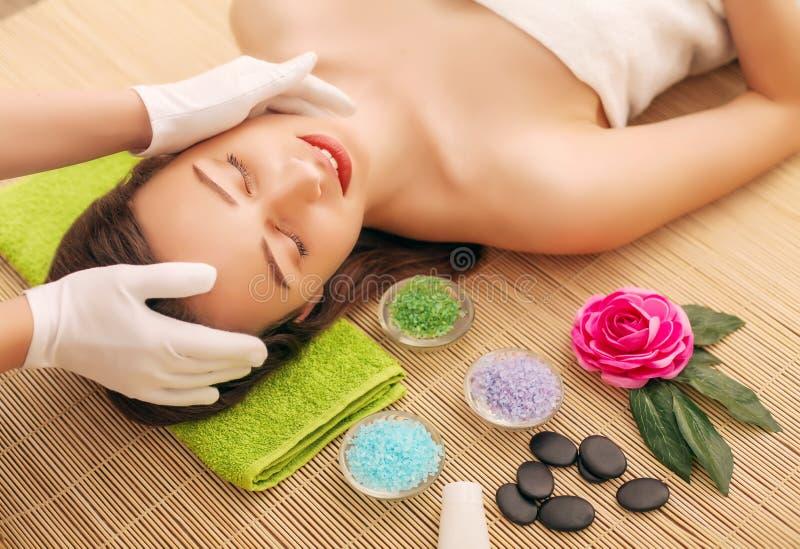 Närbild av en ung kvinna som får Spa behandling på skönhetsalongen Spa vänder mot massage Ansikts- skönhetbehandling Spa salong arkivfoton