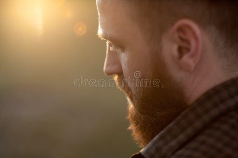 Närbild av en ung skäggig man med sikt för tillbaka sida fotografering för bildbyråer