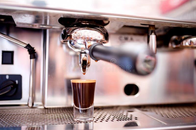 Närbild av espressotillverkaren med kaffe arkivfoton