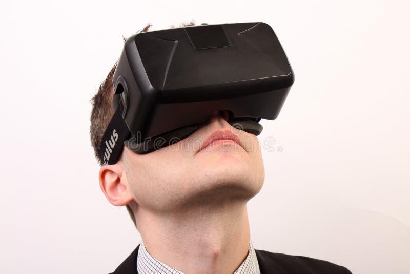 Närbild av ett huvud av en man som bär en hörlurar med mikrofon för VR-virtuell verklighetOculus klyfta som 3D uppåt ser arkivfoto