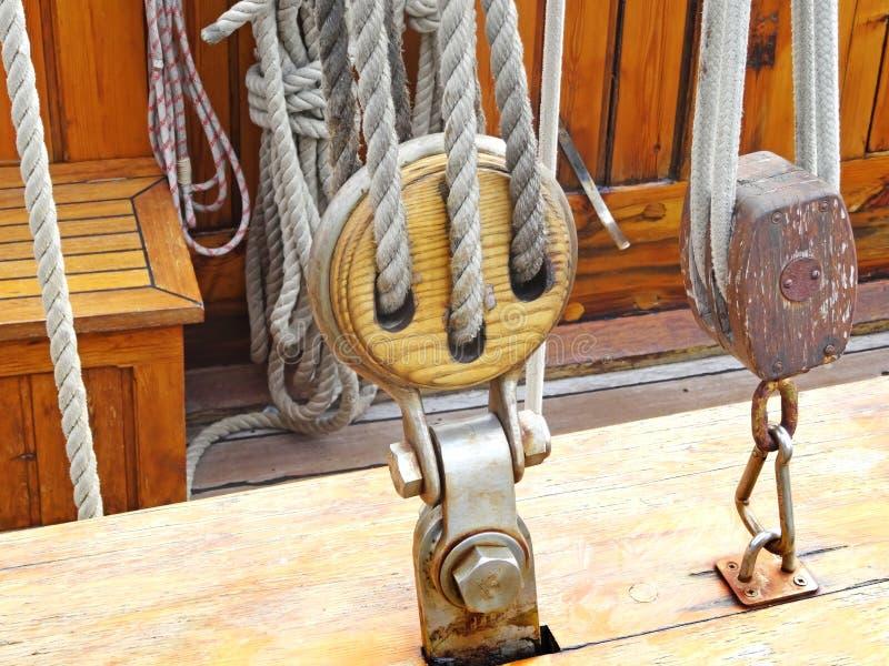 Närbild av ett rep med ett knutit slut som binds runt om en dubb på a royaltyfri bild