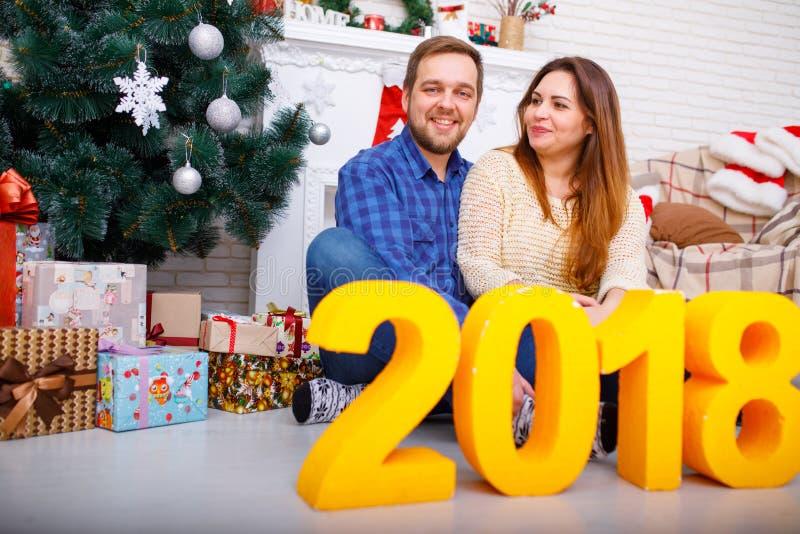 Närbild av ett ungt gift par på jul med diagram 2018 arkivfoton