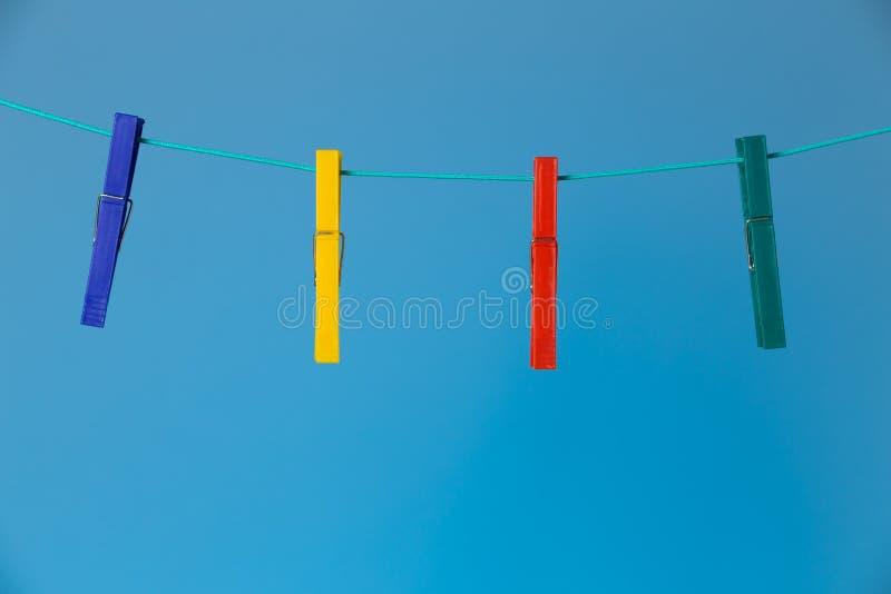 Närbild av färgrika klädnypor royaltyfri foto