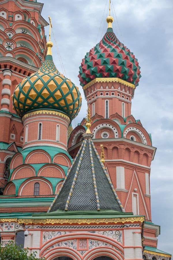 Närbild av färgrika kupoler på domkyrkan för St-basilika` s, Moskva royaltyfria bilder