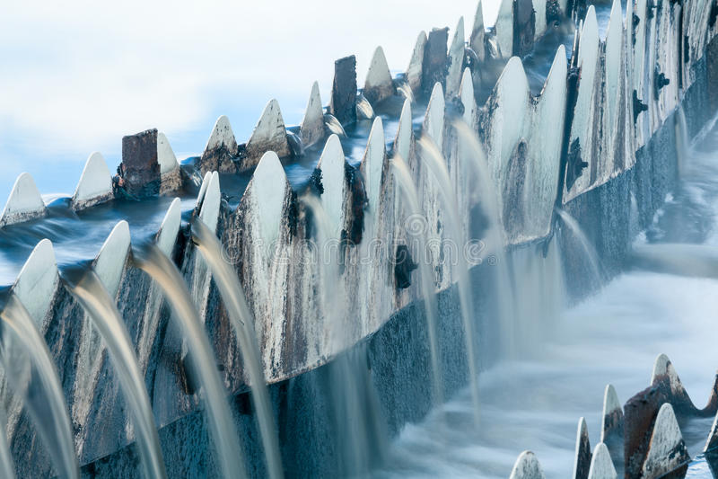 Närbild av förlorat vatten som flödar över från runda nybyggare royaltyfri fotografi