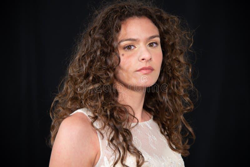Närbild av flickan med den lockiga krabba frisyren för brunett royaltyfria bilder