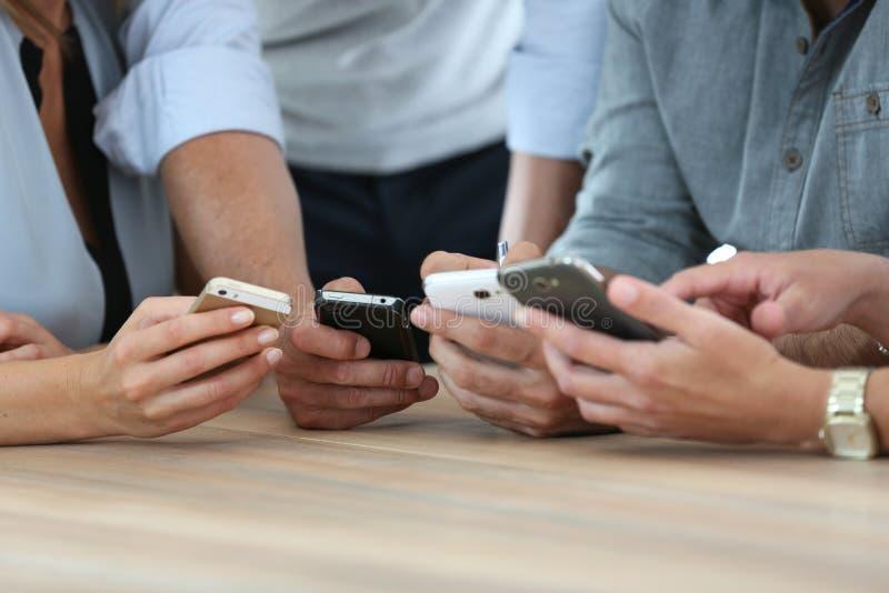 Närbild av folks händer med smartphones royaltyfri foto