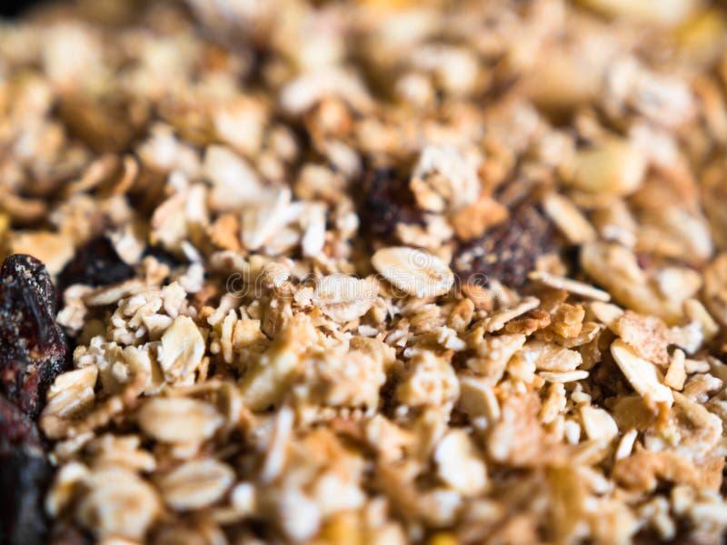 Närbild av frasig mysli med granola och torkade frukter fotografering för bildbyråer