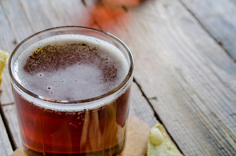 Närbild av fullt exponeringsglas av öl fotografering för bildbyråer