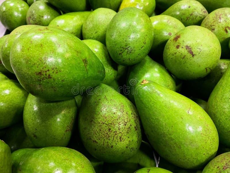 Närbild av gröna och mogna avokadon Sund mat och näring med bra fetter arkivfoto