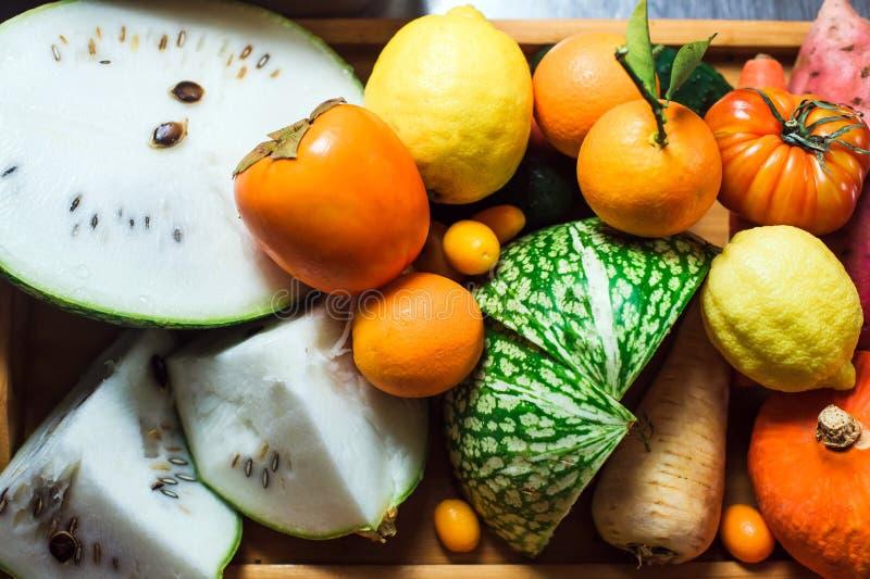 Närbild av grönsaker och frukter på en tabell arkivbild