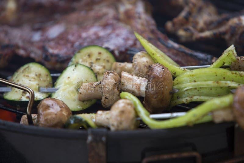 Närbild av grillfesten med grönsaker arkivbilder