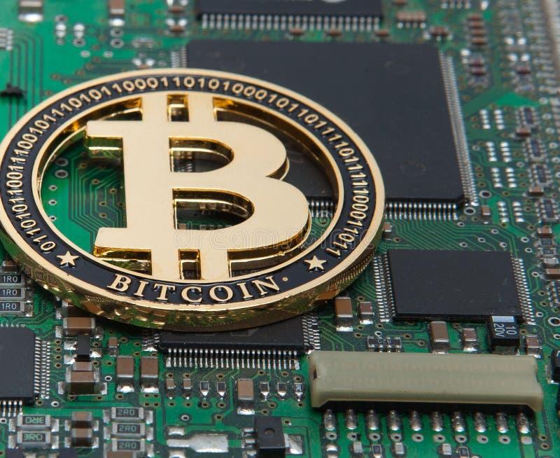 Närbild av guldbitmyntet, datorströmkretsbräde med bitcoinprocessorn och mikrochipers Elektronisk valuta, internetfinansryp arkivfoto