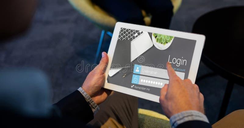 Närbild av händer genom att använda inloggningssidan på minnestavlaPC royaltyfri illustrationer