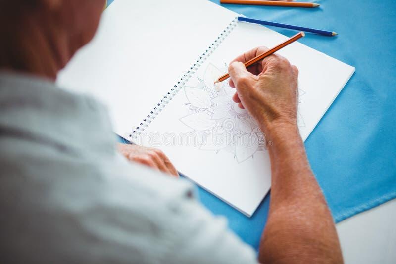 Närbild av händer som skriver på vitbok royaltyfri bild