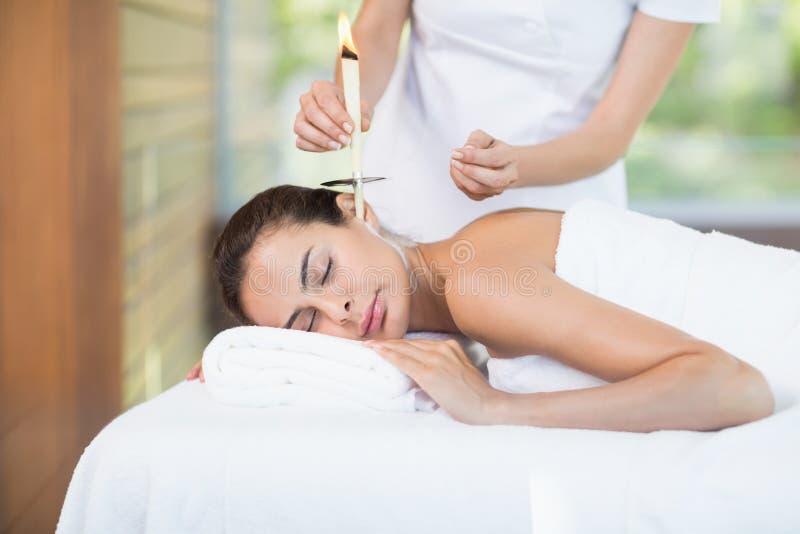 Närbild av härlig behandling för kvinnahäleribrunnsort fotografering för bildbyråer