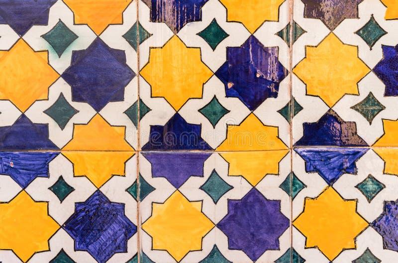 Närbild av härliga spanska keramiska tegelplattor arkivfoton