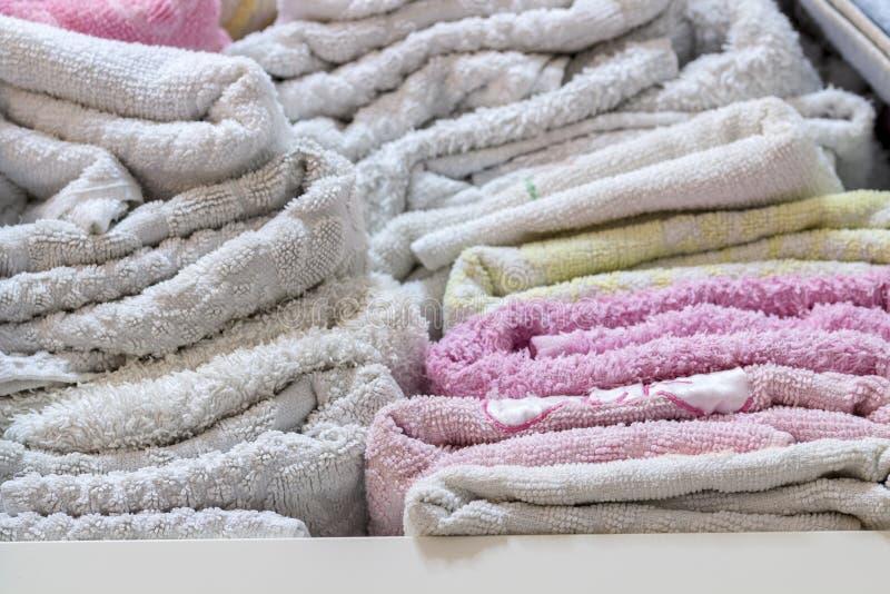 Närbild av handdukar i badrumhylla royaltyfri fotografi