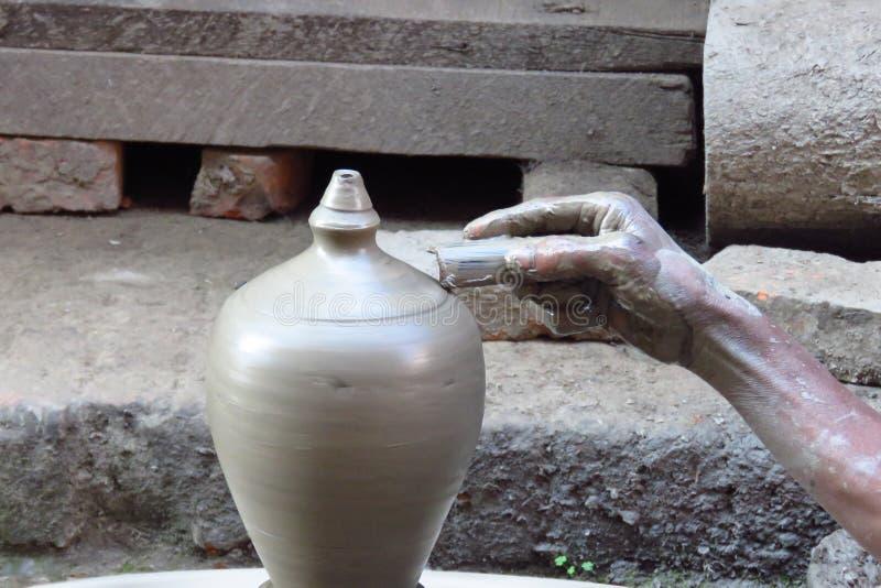 Närbild av handen av en lokal keramiker som skapar en leravas, Bhaktapur, Nepal royaltyfri bild