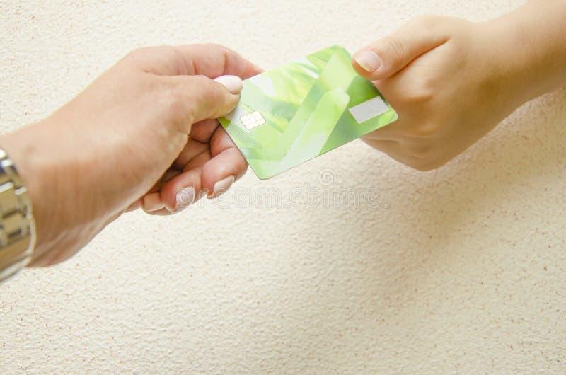 Närbild av handen som ger eller passerar kreditkorten till en annan man symbol f?r procentsats f?r pengar f?r bankr?relsebegrepps arkivbild