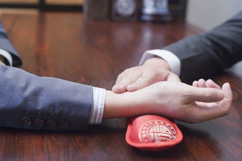 Närbild av handen som tar puls arkivbilder