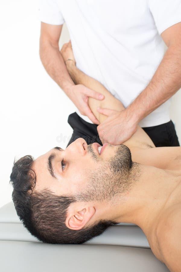 Närbild av huvudet av en man under en massage royaltyfria bilder