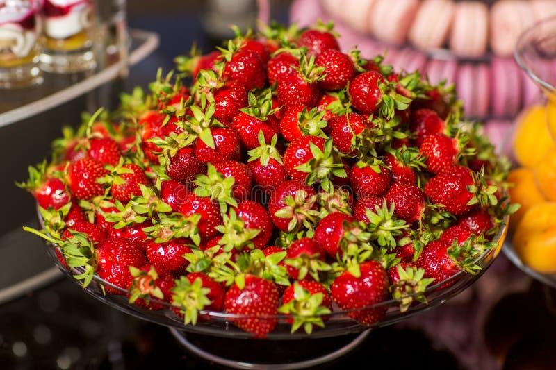 Närbild av jordgubbar för för tabellgarnering och efterrätt mycket arkivfoton
