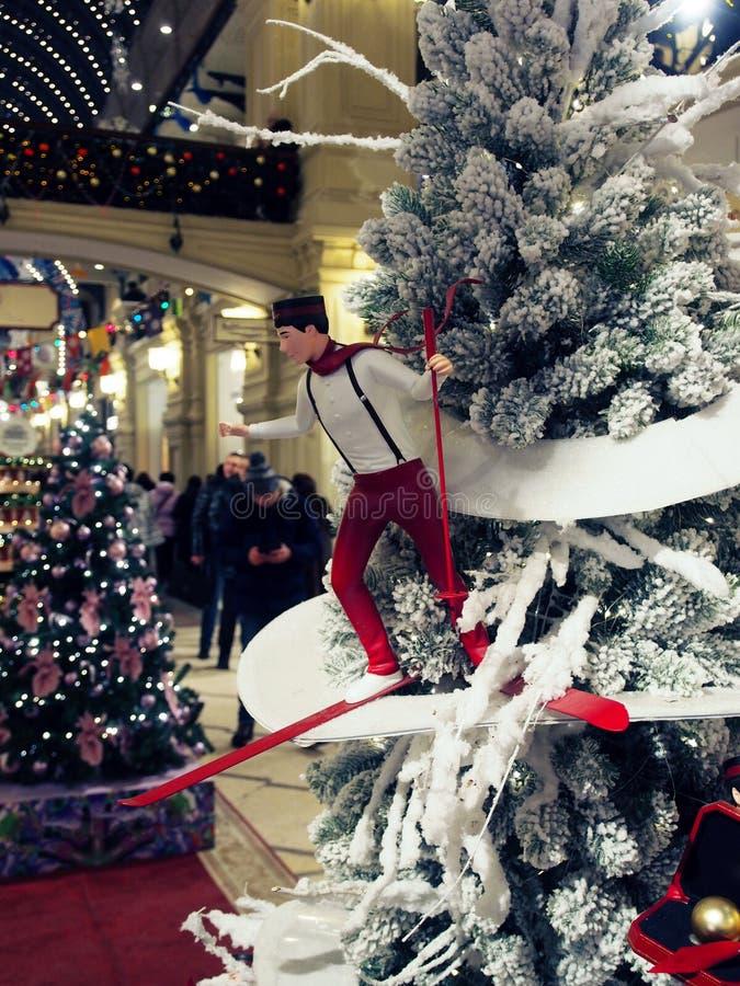 Närbild av julgranen med feriegarneringar arkivfoto