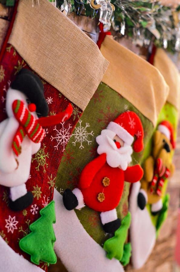 Närbild av julsockor för gåvor på spisen på nyårsaftonen för Santa Claus royaltyfria foton