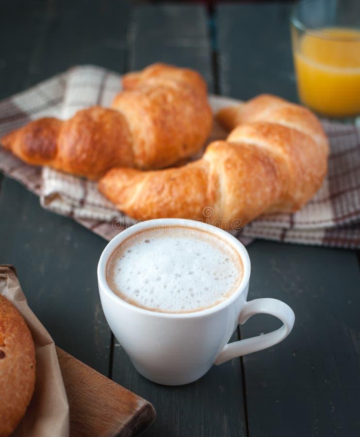 Närbild av kaffe med den kontinentala frukosten på mörk bakgrund arkivbilder