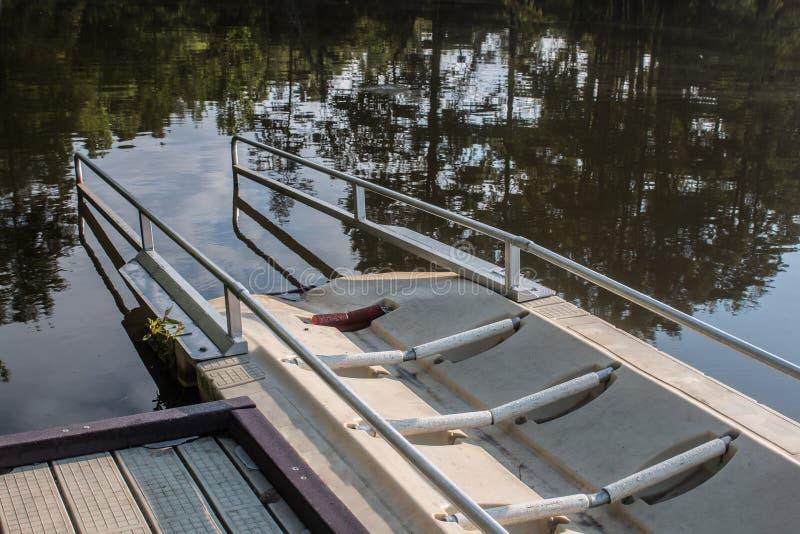 Närbild av kajaklanseringsrampen på den knubbiga sjön royaltyfri foto