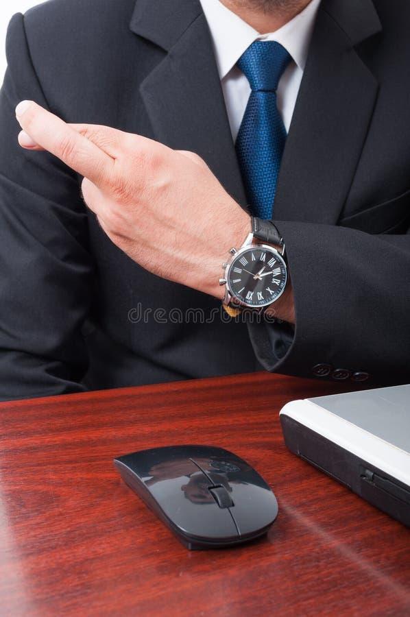Närbild av korsade utövande fingrar för chefhandinnehav royaltyfri fotografi
